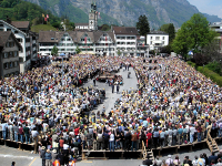Una assemblea (Landsgemeinde) del cantó suís de Glarus, l'any 2006. Foto d'Adrian Sulc, CC BY-SA 3.0, https://commons.wikimedia.org/w/index.php?curid=2192317
